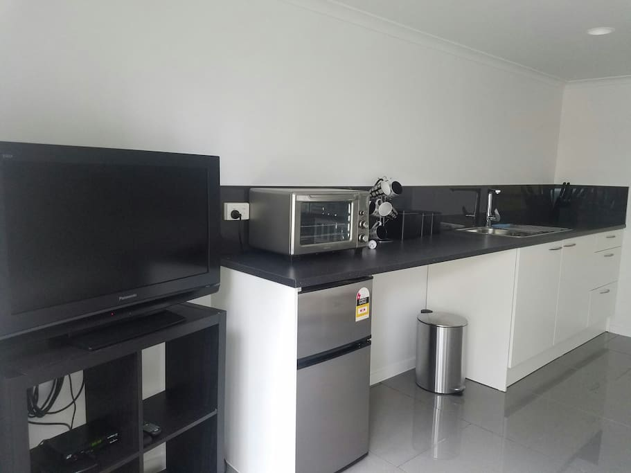 Your kitchnette access with bar fridge, micro-oven, kettle, ustensils, eletcric cooker. All you need to make a simple cooking