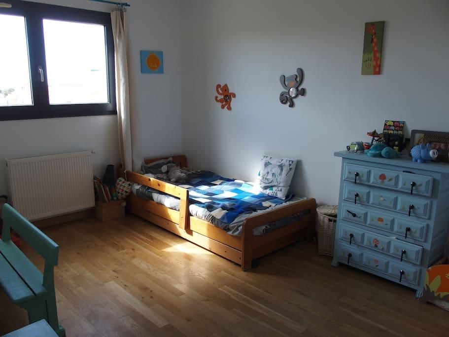 Chambre enfant avec un lit  supplémentaire sous le lit avec placards