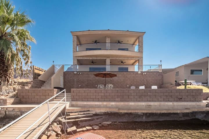 Riverfront—private boat dock and outdoor Hot Tub