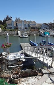 CHARMING WATERFRONT TOWNHOUSE IN CENTRAL LOCATION