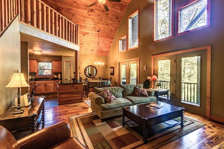 Luxury Cabin with fire pit, WIFI, Sat.TV, etc.