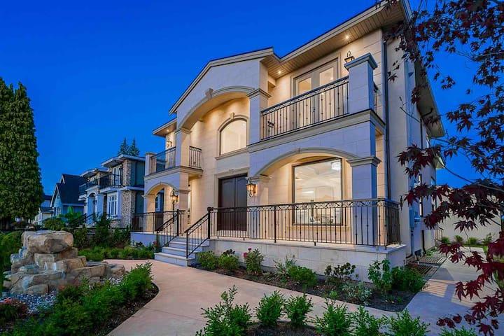 Spacious suite & Friendly House Atmosphere