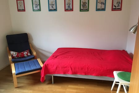 Nice room ~35 min from Stockholm C with breakfast - Casa a schiera