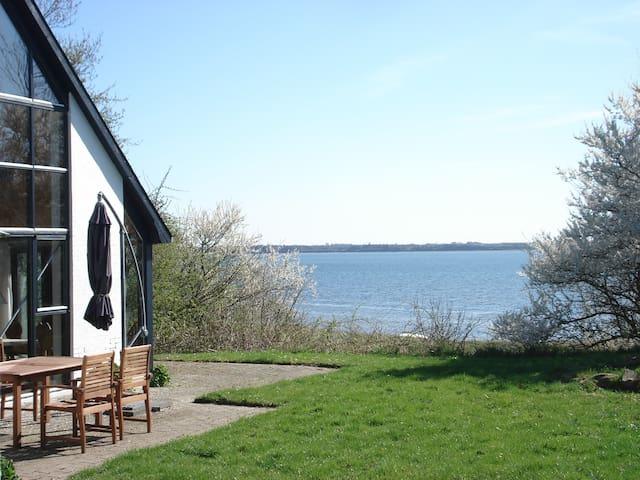Slap af på kanten af fjorden - Øster Assels - Houten huisje