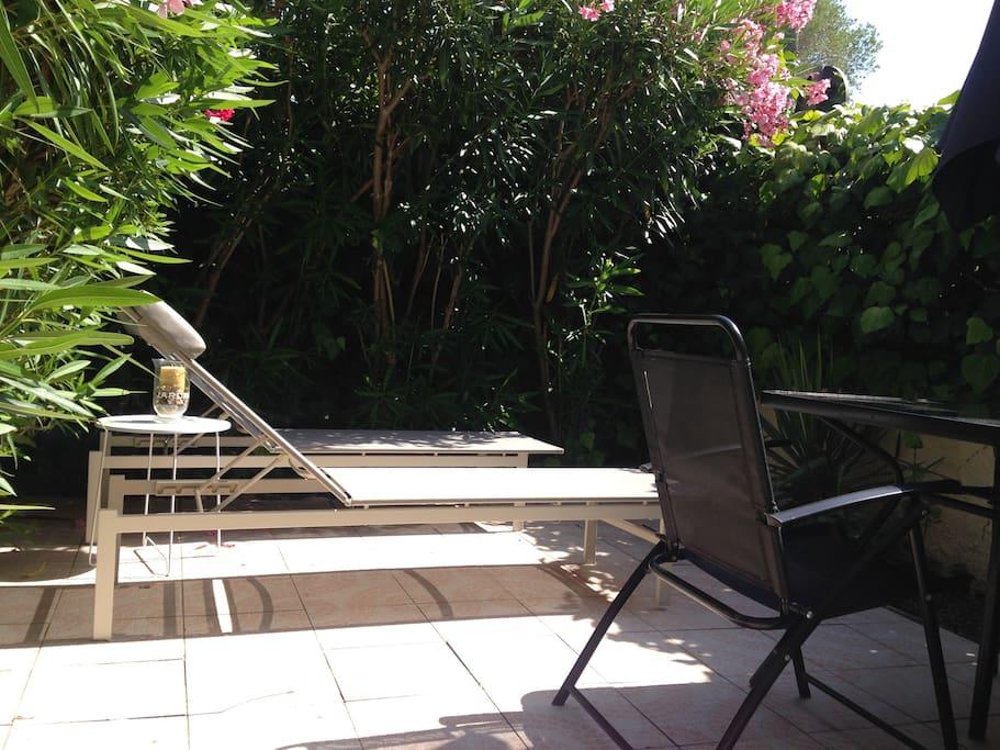 Petit jardinet avec bain de soleil