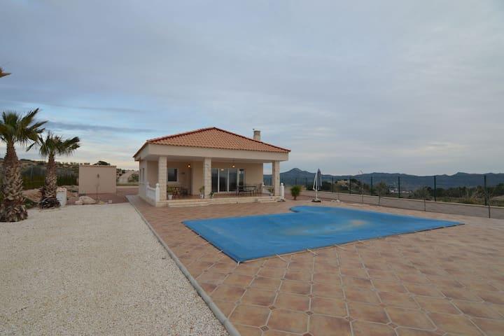 Villa op 3000m2 grond midden in de natuur en prachtig vrij uitzicht op de bergen