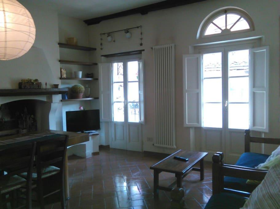 Soggiorno con camino, sitting room with fireplace