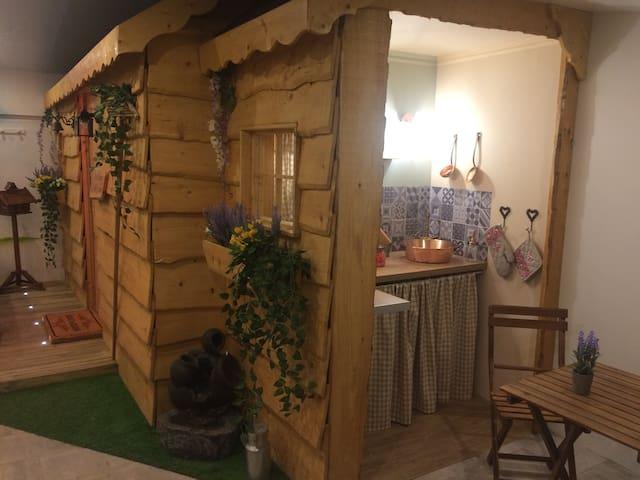 Le chalet qui abrite la kitchenette, salle de bain et WC