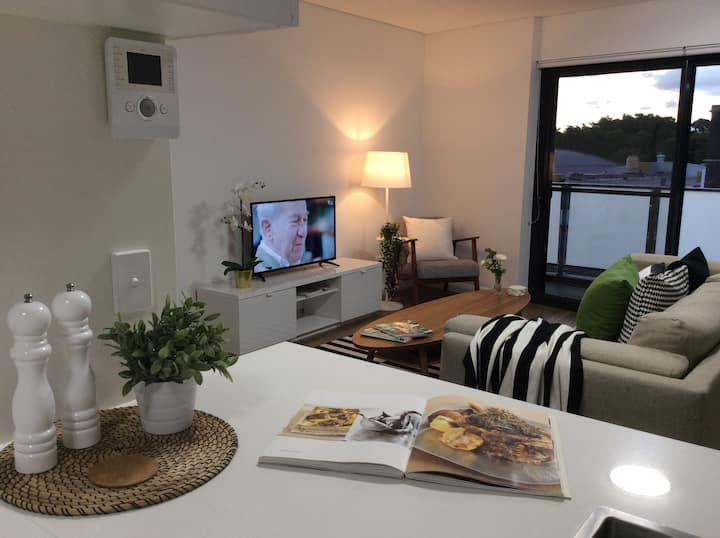Stylish 1Bedroom +Study Apartment with Parking