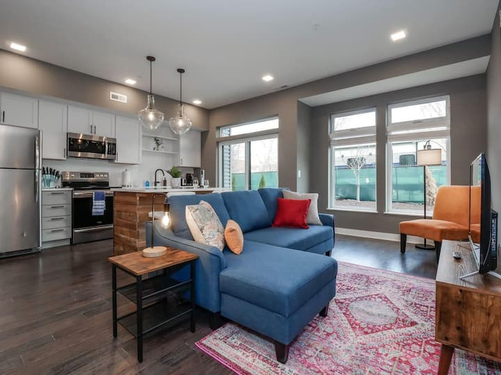 1 Bedroom Luxury Condo Minutes from Downtown- D3