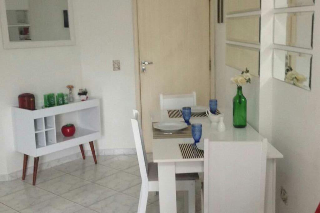 Sala de jantar com barzinho estilo retro Tudo preparado com máximo de carinho e higiene  para o seu bem estar