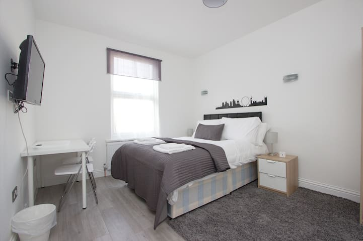 Large Double Room with En-Suite in Wembley LA06