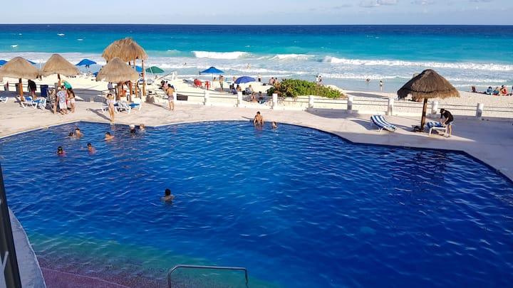 Estudio con playa y albercas en la zona hotelera.