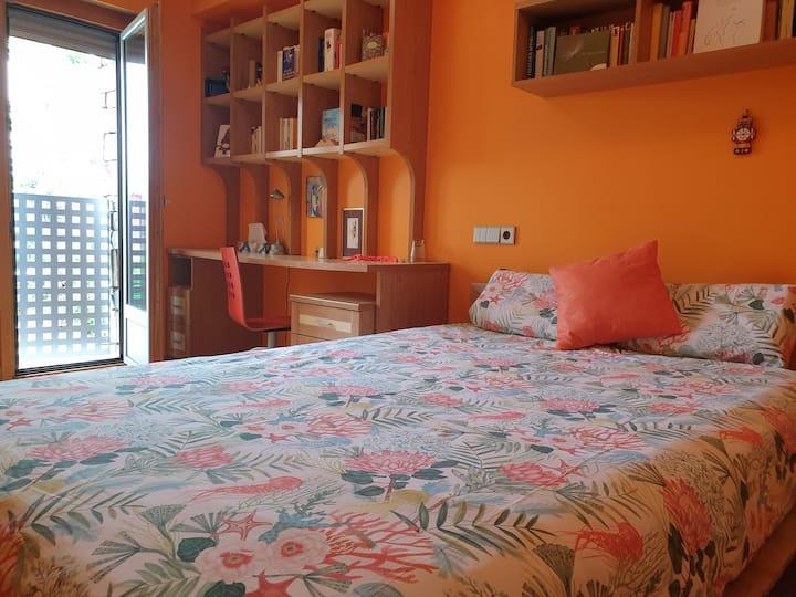 Habitación naranja en chalet de diseño