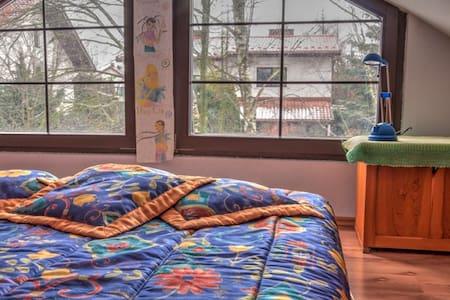 Pokój na poddaszu w prywatnym domu z ogrodem - Józefów - House