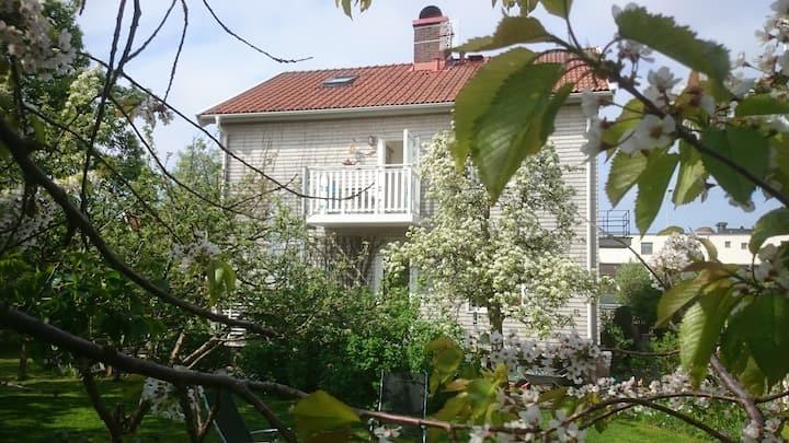 Ljust boende, egen ingång och trädgård i Centrum