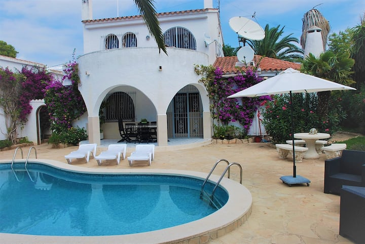 Villa divided into 2 apartments, great for groups