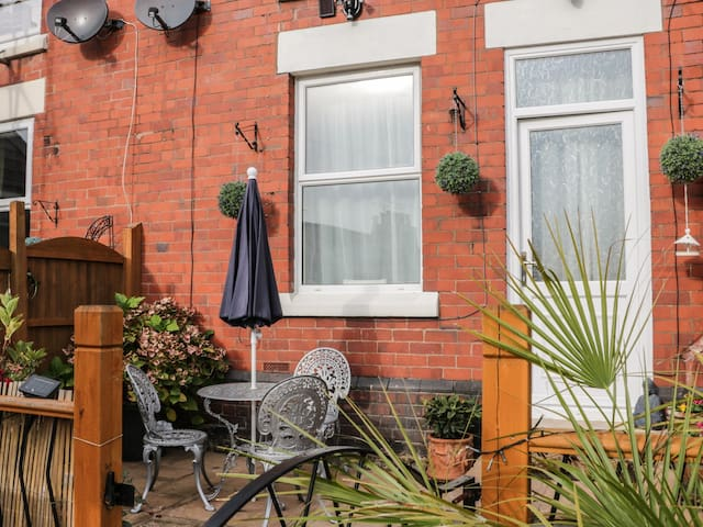 2 EBENEZER TERRACE, country holiday cottage in Cefn Mawr, Ref 956031