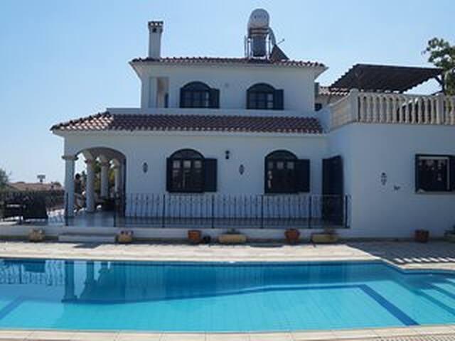 luxury 5 bed villa. Private pool & sports court - Girne - Villa