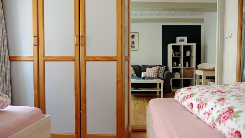 Das Schlafzimmer kann durch eine Schiebetür vom Wohnraum getrennt werden. Es hat einen großen Kleiderschrank.