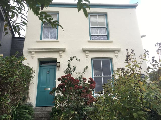 Sunny Double Room in Central Falmouth.
