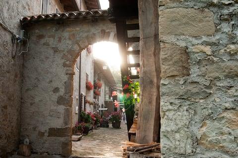 """18th-century village - """"Orca la pipa"""" apartment"""