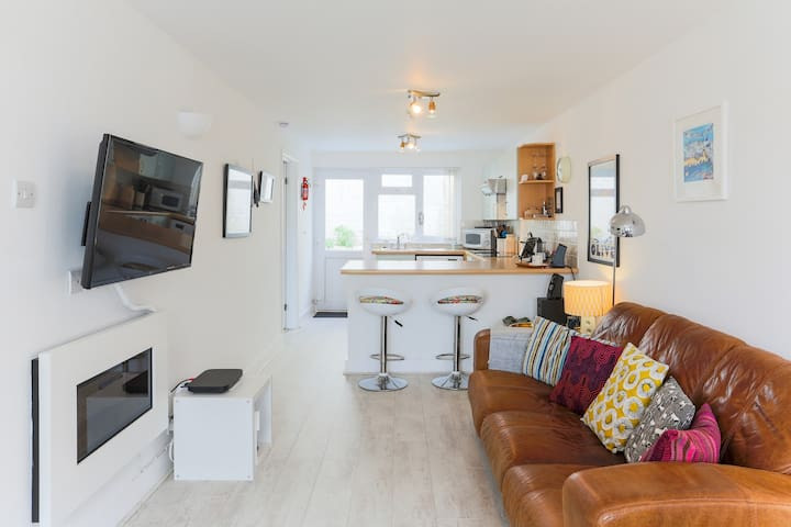 Beachside Marazion Apartment with Hot Tub!
