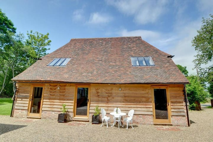 Fantastic cottage with swimming pool, fireplace and authentic wooden beams.
