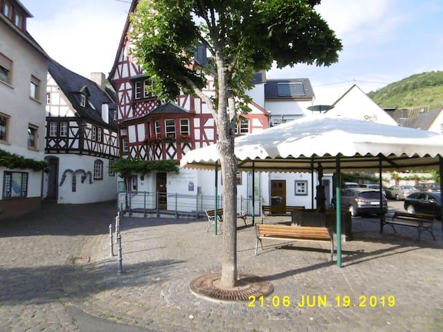 Parken Sie an der Uferstrasse in der Nähe des Brunnenplatzes mit dem Tourist Office . Dort beginnt die Pelzerstrasse und nach ca. 100 Meter sind sie im ,, Bauernhaus ,,