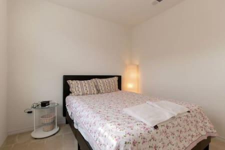 Queen room 1 with dedicated bathroom - new house. - 托倫斯(Torrance)