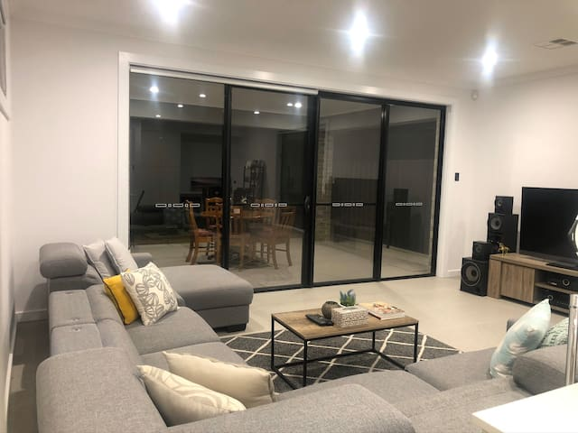 Best large Bedroom with Wifi (15Mins to the City)