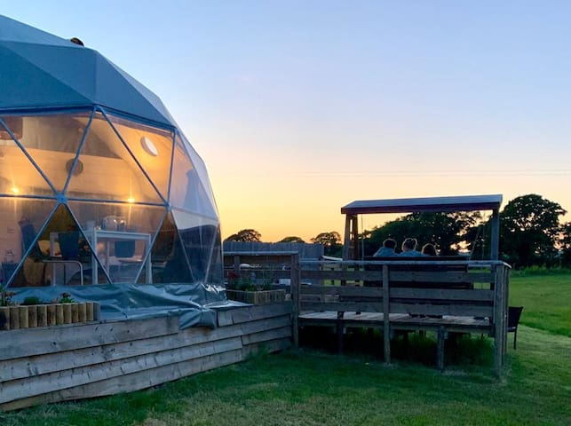 Luxurious geodome,log burner,hot tub& showerroom