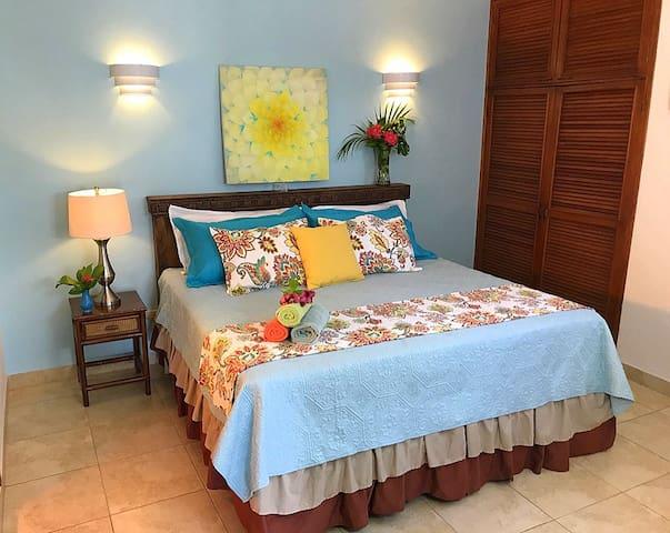 IslaMar Villas (Upstairs A)~King Bed, Pool, Garden