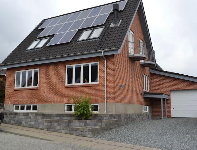 Central beliggende hus - Hadsund - Casa