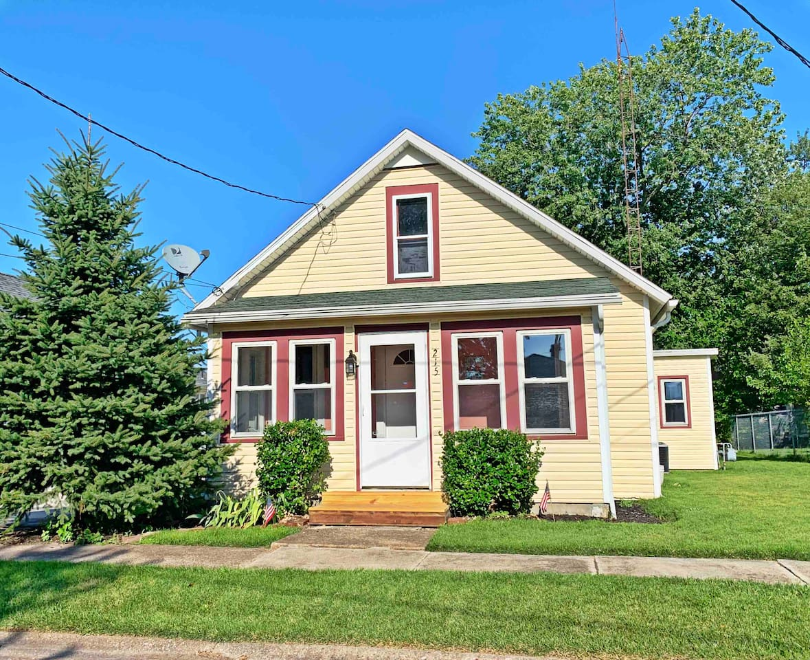 Welcome to Lakeview Cottage in Port Clinton, Ohio! This 950+ sq ft cottage sleeps up to 7 people with 1 full bath, a large kitchen, a nice backyard, convenient location & a 6 minute walk to the beach.