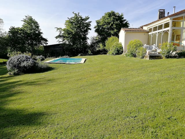 Fully equipped gîte, calm countryside, pool & BBQ
