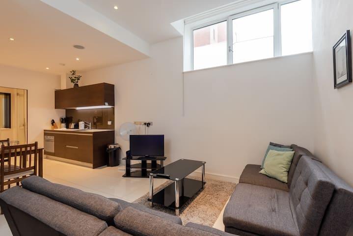 Modern 1BR Home in Kings Cross! 4 guests