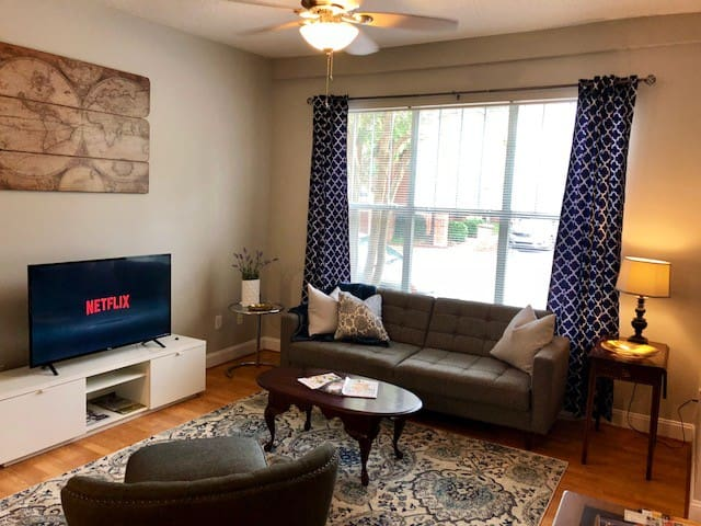 Bright Private Fully Equipped Townhome w/ King Bed