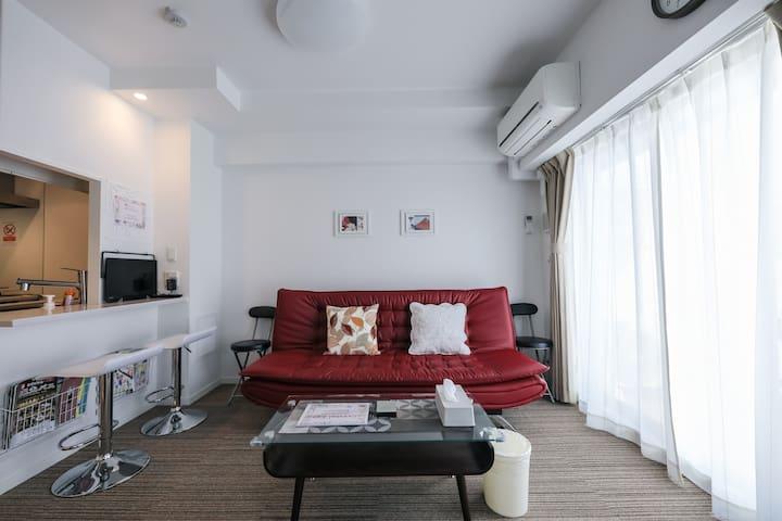 客厅附有电视机。