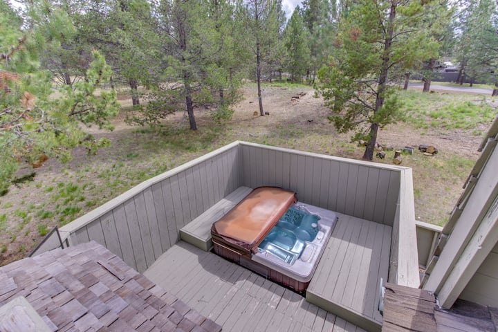 Remodeled home w/ private hot tub, SHARC passes (pool & more!) & furnished deck!