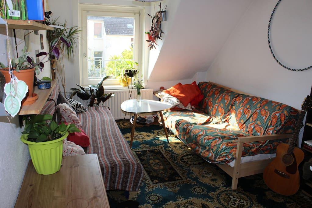 Das Wohnzimmer mit Schlafcouch