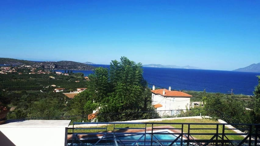 Villa with view to the Saronic Gulf