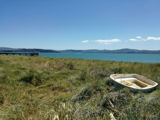 Large Beachfront Holiday Escape 30 min to Wgtn CBD