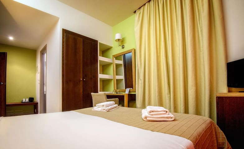 Single room in the center with Wi-Fi & breakfast