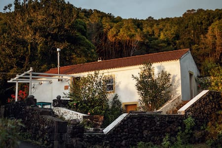 Topo a Quiet Secluded Stone Cottage with Sea Views