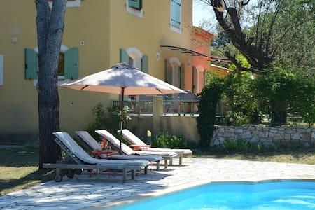 Les Rosiris, villa avec piscine , et vue superbe - Rians - Villa