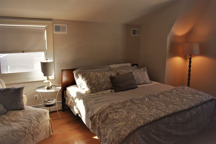 Spacious ensuite room in comfy house 45min to NYC