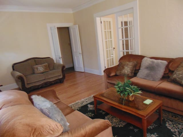 Comfy Bungalow, relaxing home environment. Private