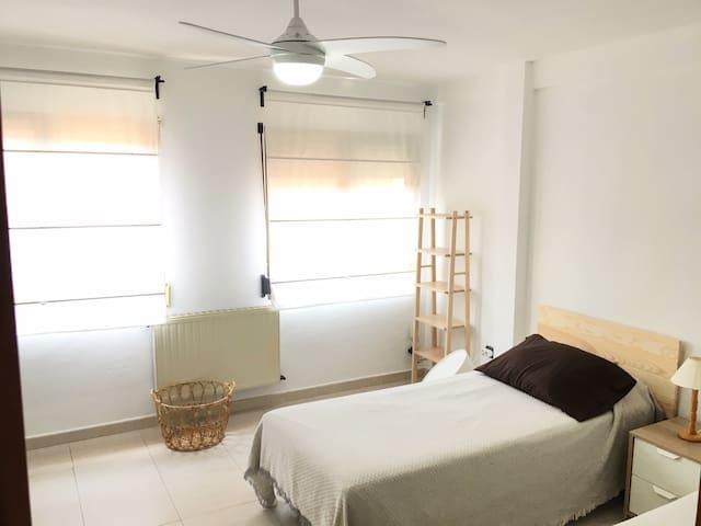 Habitación amplia con dos camas individuales