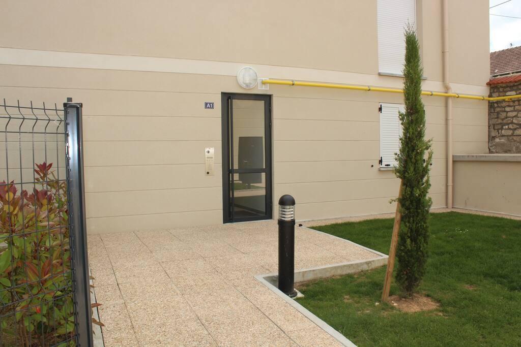 Porte d'entrée des appartements/ Apartment's front door